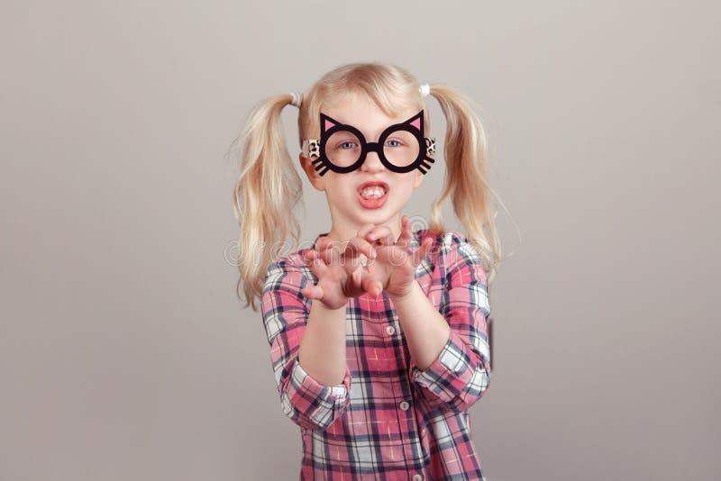 Kaukaska preschool dziewczyna jest ubranym śmiesznych kotów szkła obrazy stock
