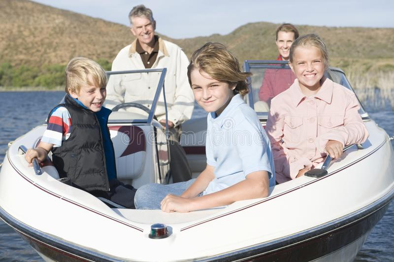 Kaukaska rodzina Pięć W łodzi motorowa obrazy royalty free