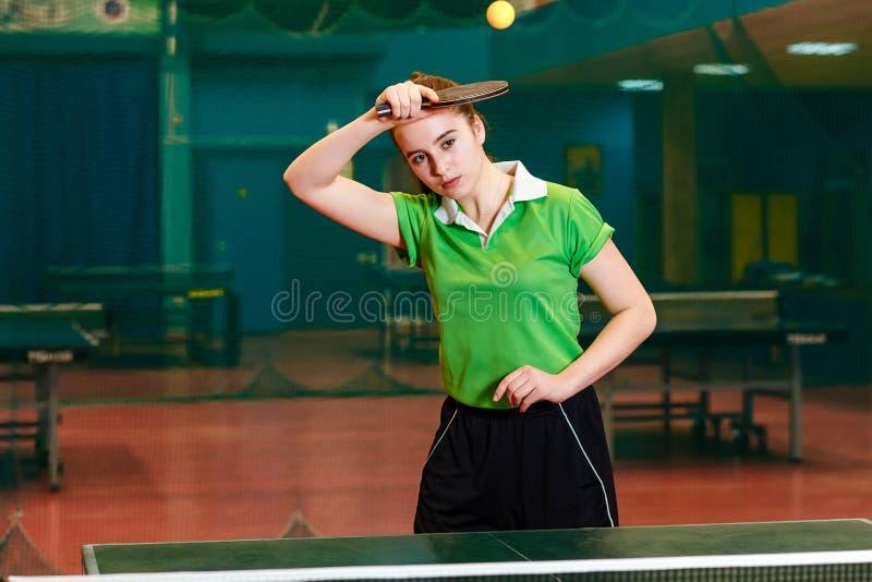 Kaukaska stara brunetki dziewczyna bije balowego stołowego tenisa w specjalizującym się gym Rolki dobro w sto?owym tenisie zdjęcia stock