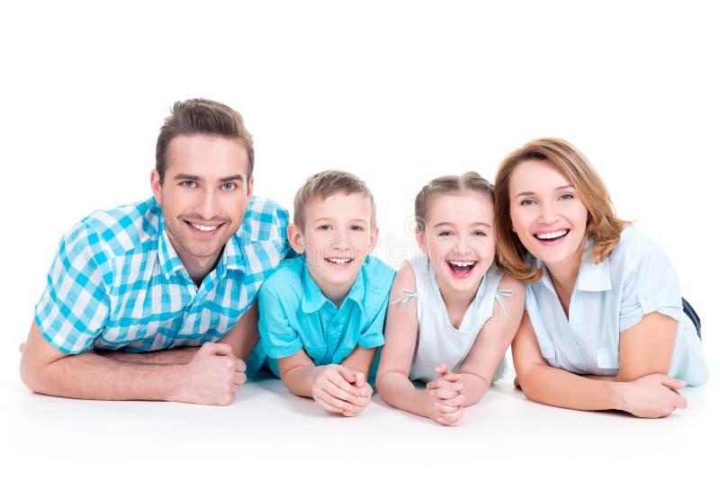 Kaukaska szczęśliwa uśmiechnięta młoda rodzina z dwa dziećmi zdjęcia royalty free
