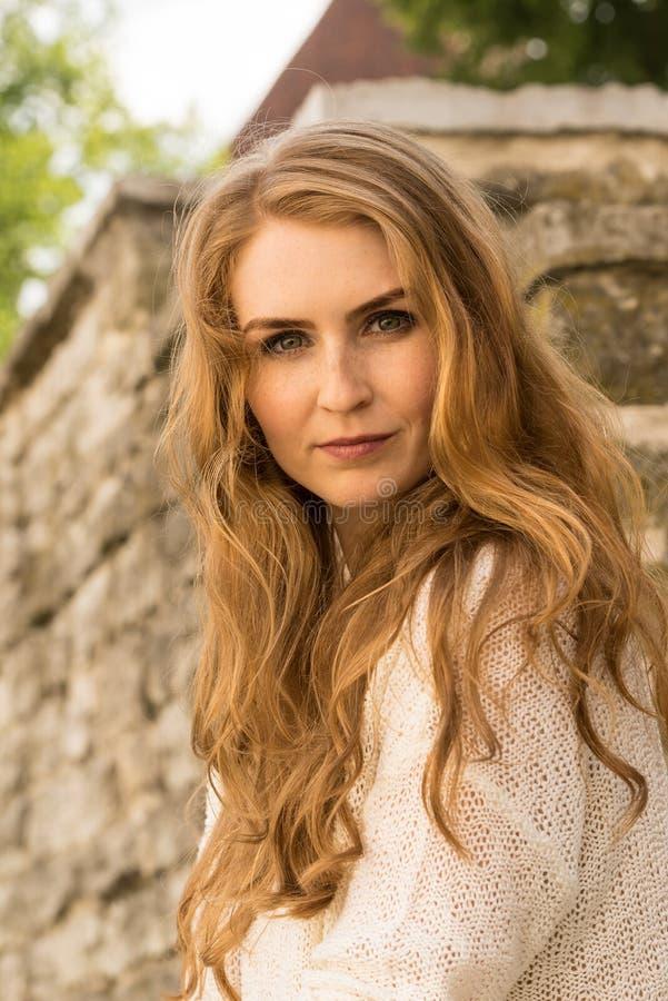 Kaukaski biały kobieta modela portret, cegła kamień Piękna dziewczyna, długi czerwony włosy, beż spódnica i kardigan, Kobiety być zdjęcie royalty free