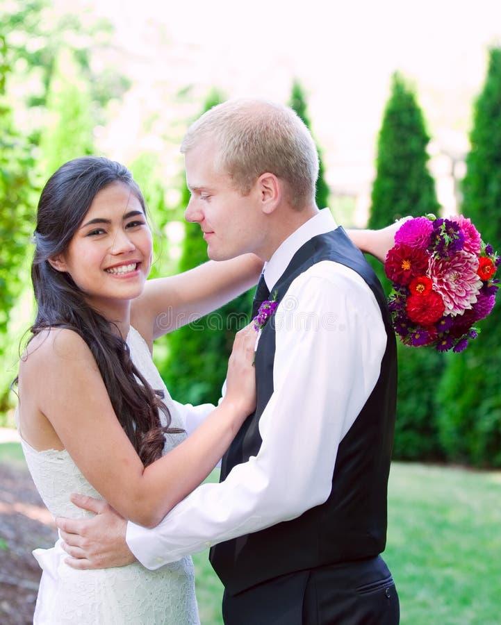 Kaukaski fornal trzyma jego biracial panny młodej, ono uśmiecha się Różnorodny cou obrazy royalty free
