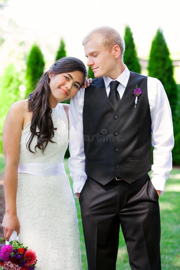 Kaukaski fornal trzyma jego biracial panny młodej, ono uśmiecha się Różnorodny cou zdjęcie royalty free