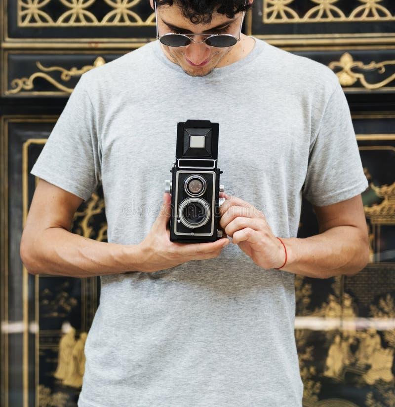 Kaukaski fotograf trzyma kamerę obrazy royalty free