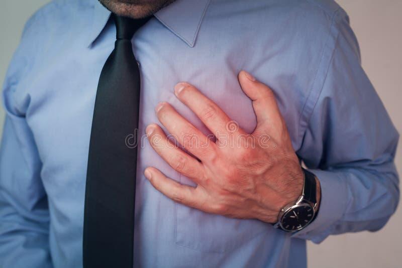 Kaukaski mężczyzna cierpienie od klatka piersiowa bólu zdjęcie stock