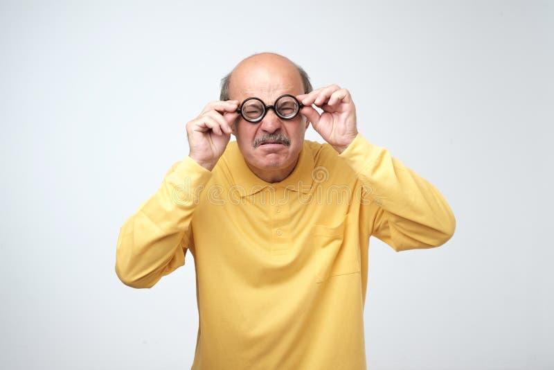 Kaukaski mężczyzna w śmiesznych szkłach z zdziwionym wyrażeniowym no! no! odizolowywającym na białym tle zdjęcia royalty free