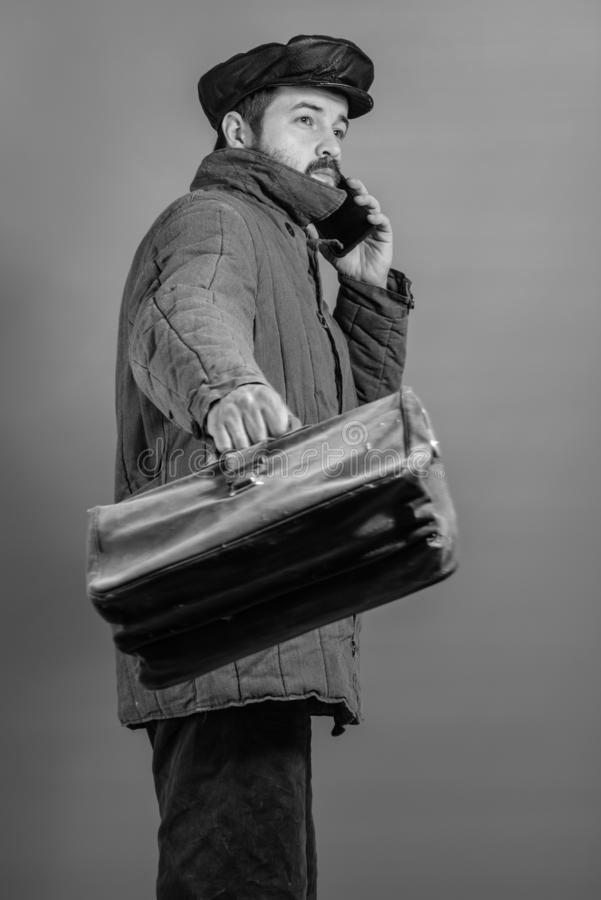 Kaukaski mężczyzny 35 lat z skoncentrowanym spojrzeniem przy smartphone, studio strzał Pomysł wioska mieszkaniec i nowożytna tech zdjęcia stock