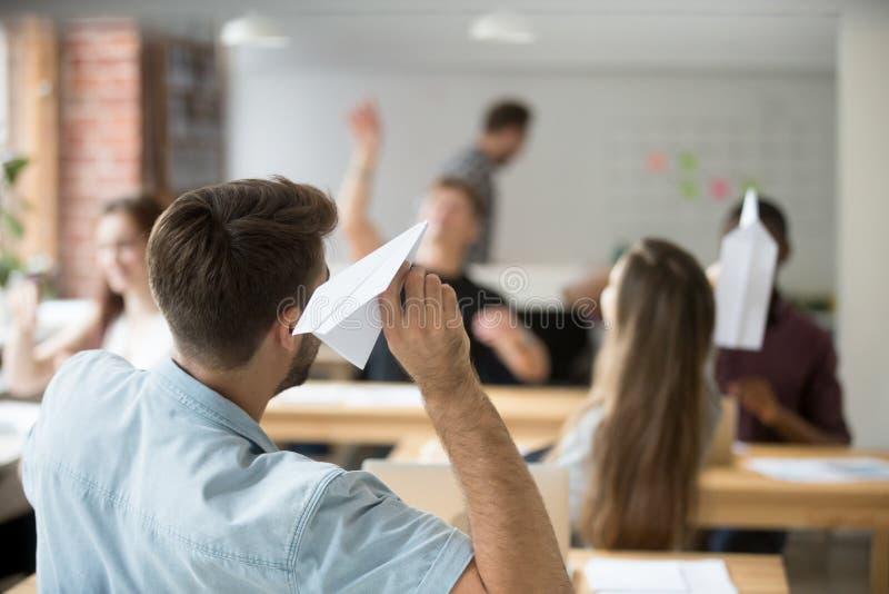 Kaukaski męski pracownik wszczyna papieru samolot w biurze zdjęcie stock
