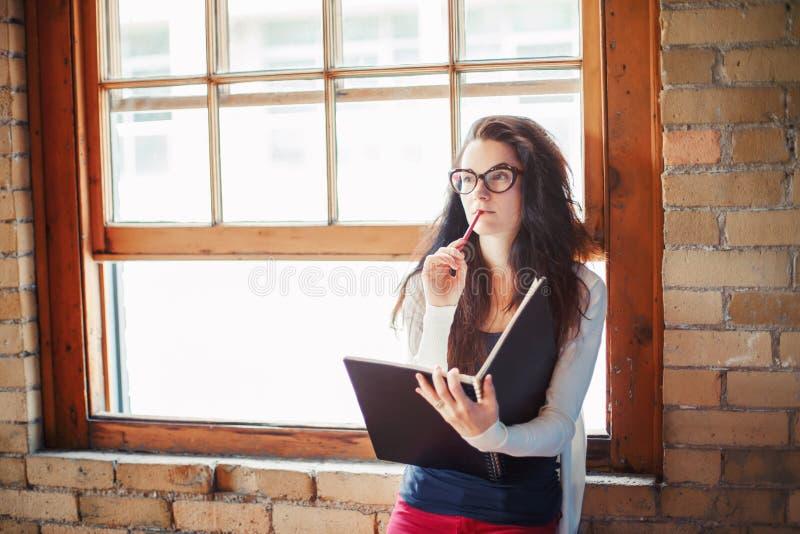 Kaukaski m?ody brunetki kobiety ucznia projektanta ?e?ski rysunkowy artysta w sali szko?a wy?sza uniwersytet obrazy stock