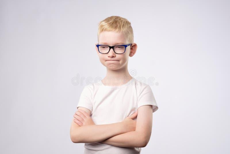 Kaukaski nastolatek myśleć odizolowywający na białym tle z blondynem i szkłami zdjęcie stock