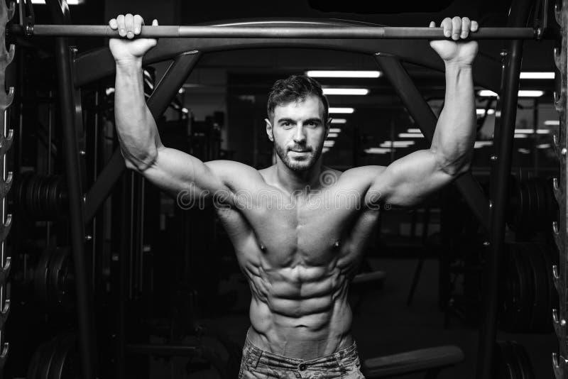 Kaukaski seksowny sprawność fizyczna model w gym zakończeniu w górę abs zdjęcia stock