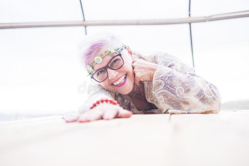 Kaukaski starzejący się starszy dama uśmiech i cieszy się kłaść puszek w jaskrawy pracowniany pełnym światło białe ładny dojrzały zdjęcie royalty free