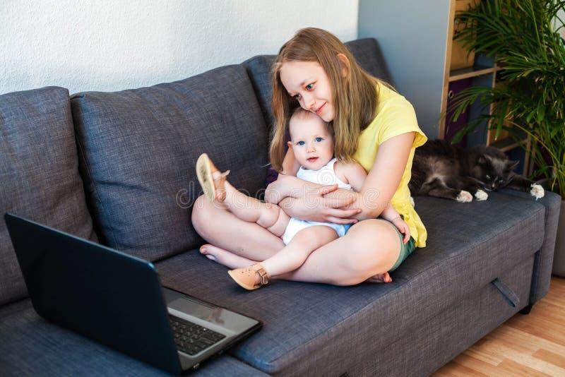 Kaukaskie siostry rozmawiające online za pomocą laptopa do wideorozmowy obrazy stock