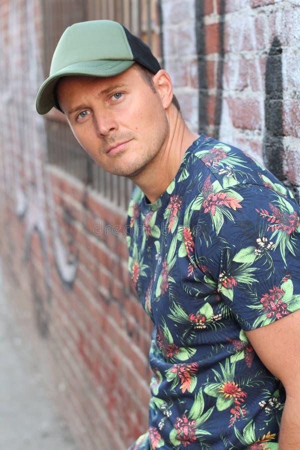 Kaukaskiego Amerykańskiego mężczyzna Przypadkowa Uliczna moda w Nowy Jork, jest ubranym błękitny kwiat deseniującą koszula, ziele fotografia stock