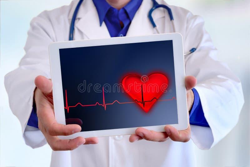 Kaukaskiego generała doktorska pokazuje pastylka z elektrokardiogramem r obraz stock