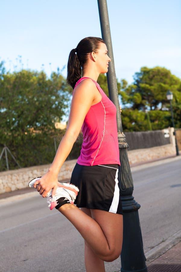 Kaukaskiej kobiety ćwiczy jogging w parku obraz royalty free