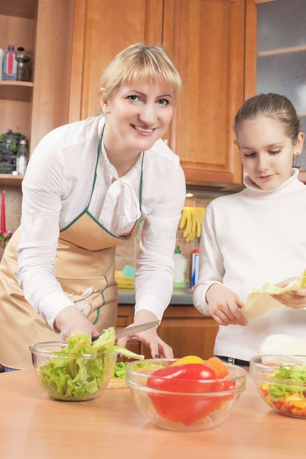 Kaukaskiej matki i Nastoletniej córki narządzania warzywa Dla zdjęcie stock
