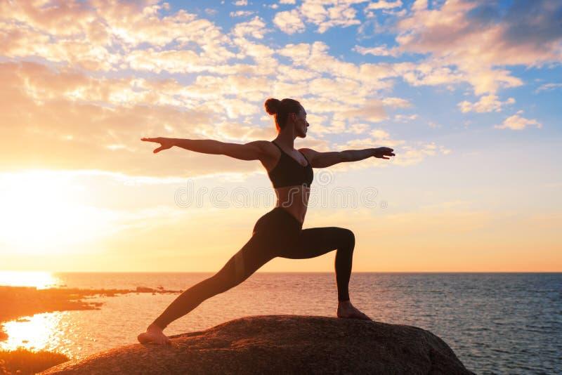 Kaukaskiej sprawności fizycznej kobiety ćwiczy joga obrazy royalty free