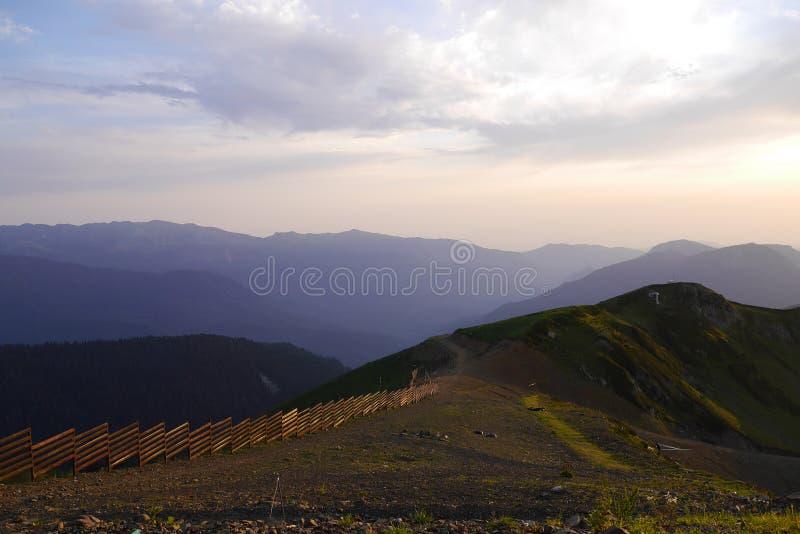 Kaukasus berg i Rosa Khutor på solnedgången, Ryssland arkivfoton
