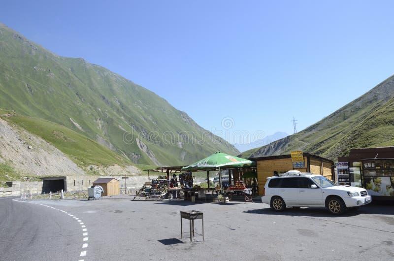 Kaukasus berg och den georgiska militära vägen arkivbilder