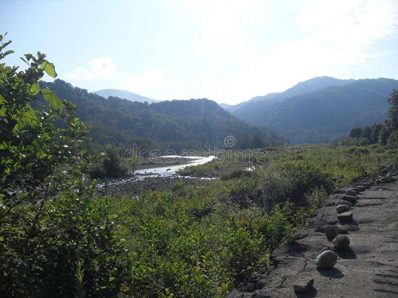 Kaukasus berg och floder, väg till berg arkivfoto