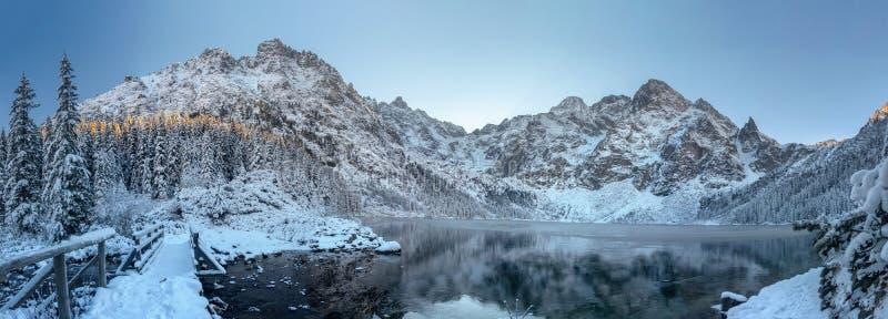 Kaukasus-Berge, Georgia Gudauri Szenische eisige Berglandschaft Mountaineisiger See Winterpanorama von Tatra-Bergen Morskie Oko i lizenzfreie stockfotografie