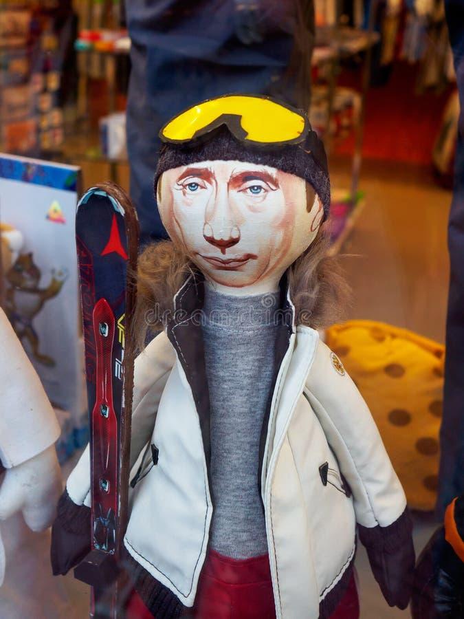 Kaukasus Rosa Khutor Russia - September 11, 2017: Dockan ser som den ryska presidenten Vladimir Putin i shoppar fönstret arkivfoto