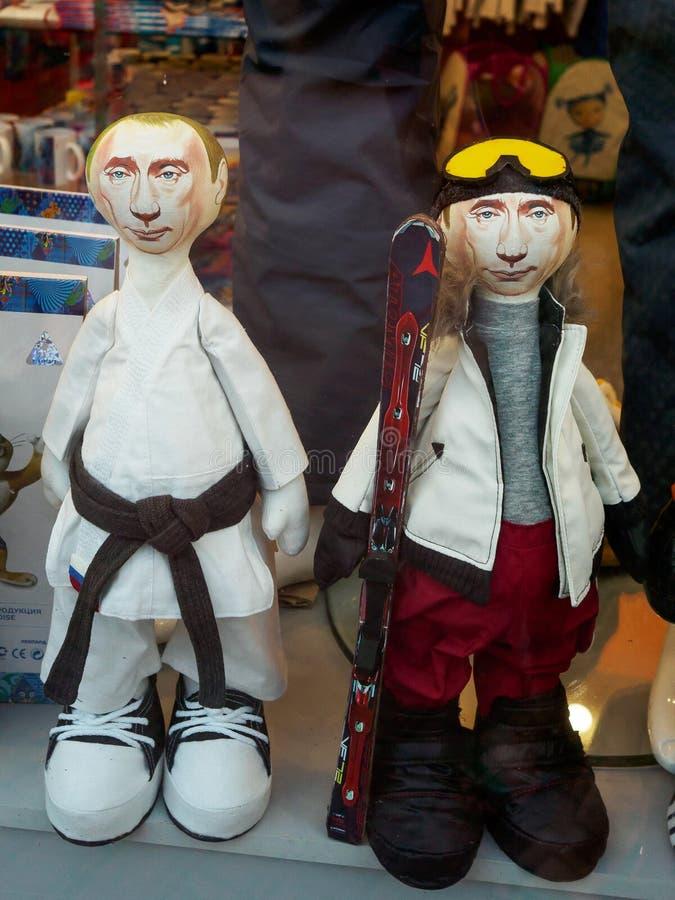 Kaukasus Rosa Khutor, Ryssland - September 11, 2017: Dockor ser som den ryska presidenten Vladimir Putin i shoppar fönstret royaltyfria foton