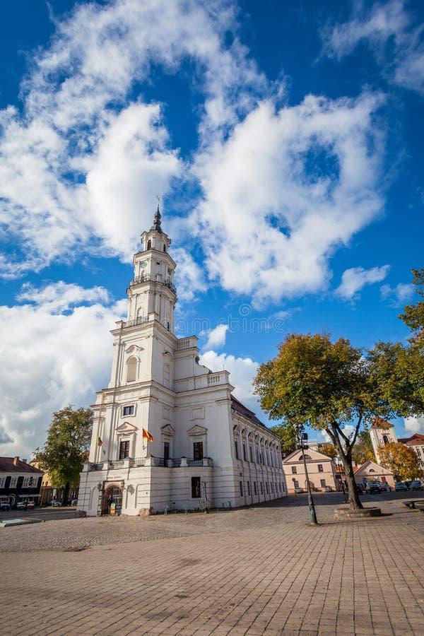 Kaunas-Hauptplatz und Rathaus lizenzfreies stockbild