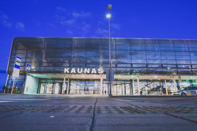 Kaunas internationell flygplats på natten, Litauen royaltyfria bilder