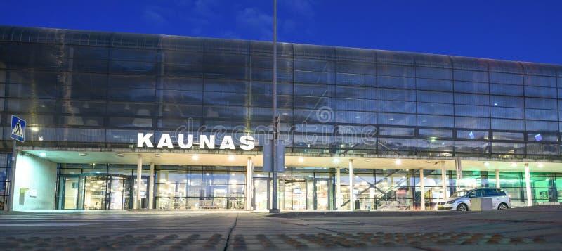 Kaunas internationell flygplats på natten, Litauen arkivfoto