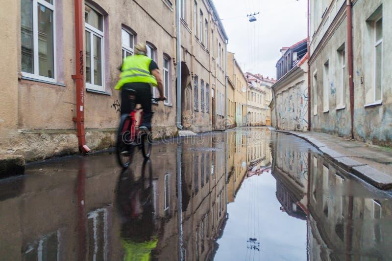 KAUNAS LITAUEN - AUGUSTI 16, 2016: Gata som översvämmas efter regn i mitten av Kaunas, Lithuani royaltyfri fotografi