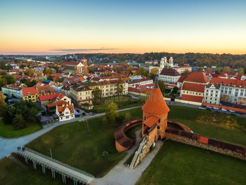 Kaunas Litauen: flyg- bästa sikt av den gamla staden och slotten arkivbild