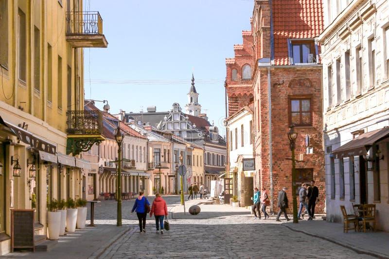 """Kaunas, Lithuania †""""Kwiecień 3, 2019: Widok Vilnius ulica w Kaunas starym miasteczku zdjęcia stock"""