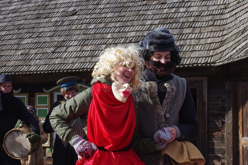 KAUNAS LITHUANIA, LUTY, - 25: Szczęśliwy mężczyzna i kobiety taniec wewnątrz zdjęcie stock
