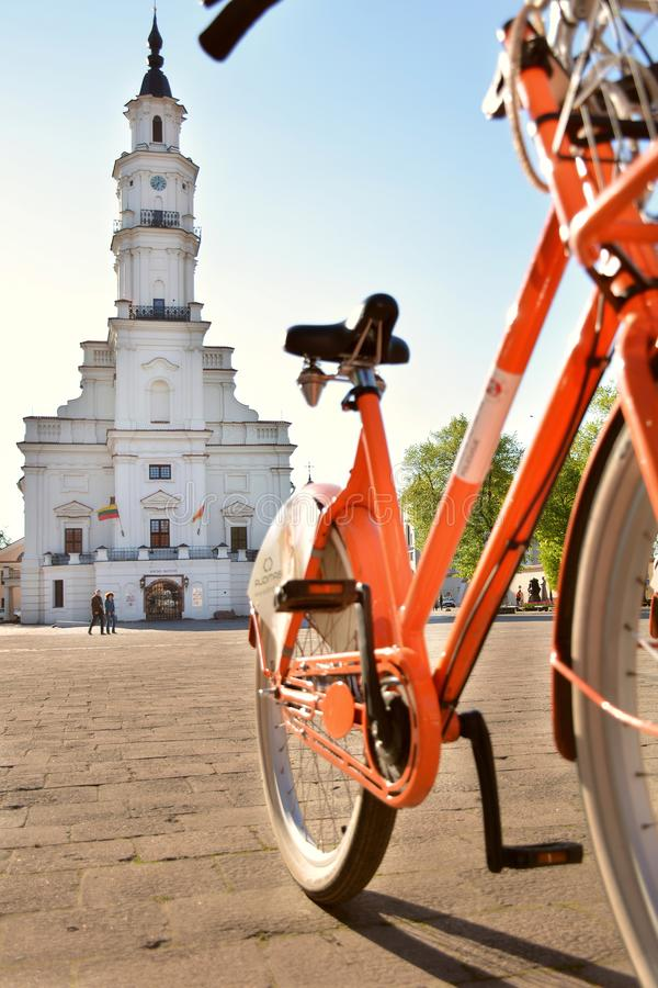 Kaunas Lithuania, Maj, - 16, 2017: pomarańczowy rower dla czynszu w Kau fotografia stock