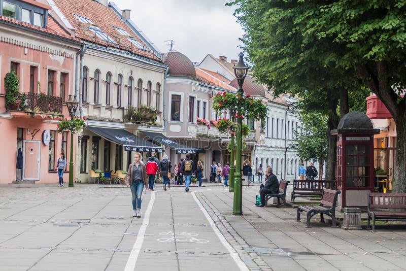 KAUNAS LITHUANIA, SIERPIEŃ, - 17, 2016: Brukująca ulica w Kaunas, Lithuani obrazy stock