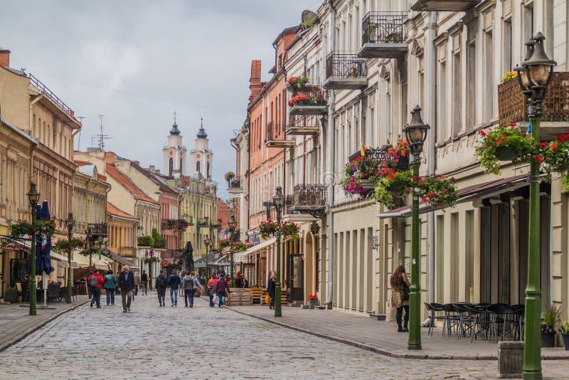 KAUNAS LITHUANIA, SIERPIEŃ, - 17, 2016: Ludzie chodzą wzdłuż Vilniaus gatve ulicy w Kaunas, Lithuani obraz royalty free
