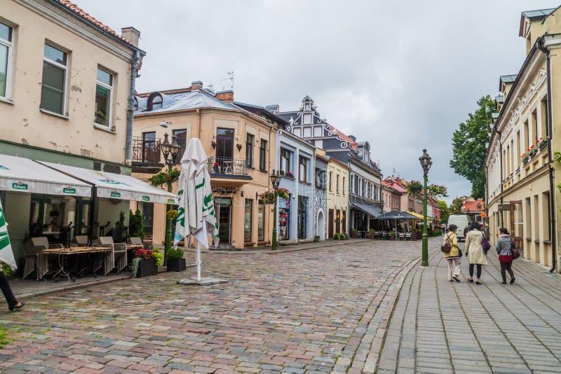 KAUNAS LITHUANIA, SIERPIEŃ, - 17, 2016: Ludzie chodzą wzdłuż Vilniaus gatve ulicy w Kaunas, Lithuani obrazy stock