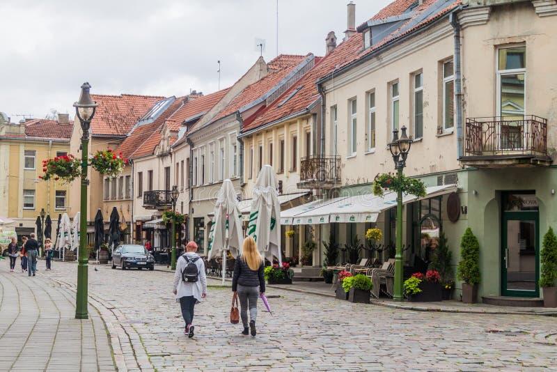 KAUNAS LITHUANIA, SIERPIEŃ, - 17, 2016: Ludzie chodzą wzdłuż Vilniaus gatve ulicy w Kaunas, Lithuani fotografia stock