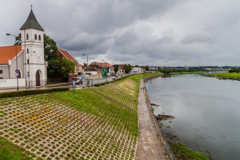 KAUNAS LITHUANIA, SIERPIEŃ, - 17, 2016: Rzeczny Nemunas i Ewangelicki Luterański kościół w Kaunas, Lithuani obrazy stock