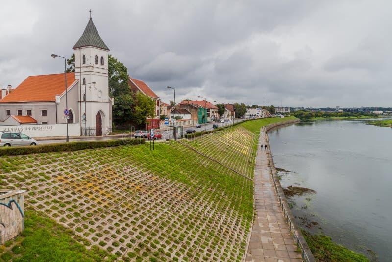 KAUNAS LITHUANIA, SIERPIEŃ, - 17, 2016: Rzeczny Nemunas i Ewangelicki Luterański kościół w Kaunas, Lithuani zdjęcia stock