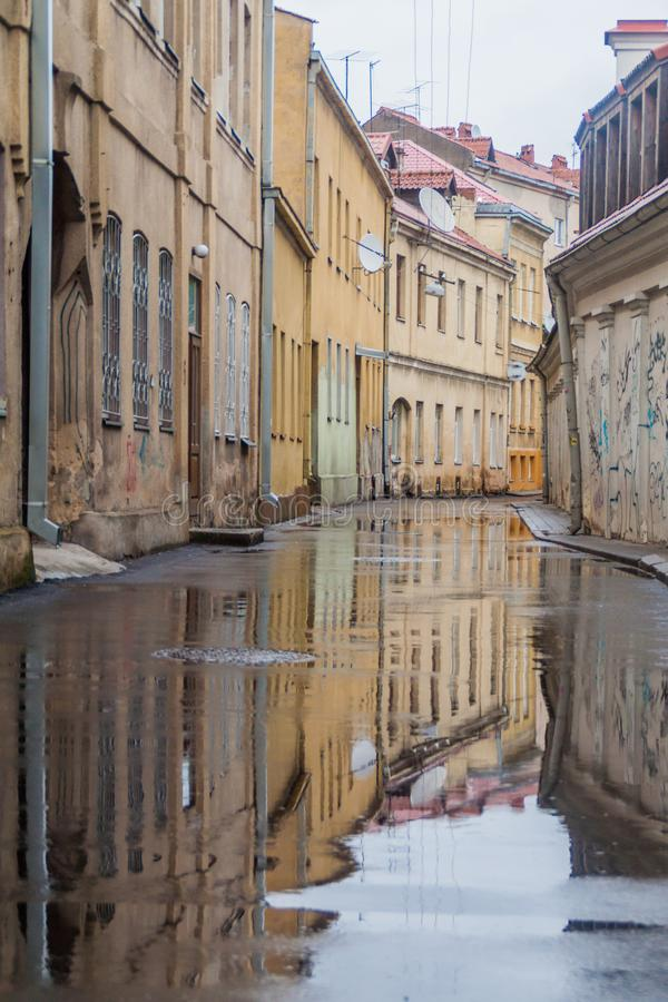 KAUNAS LITHUANIA, SIERPIEŃ, - 16, 2016: Ulica zalewał po tym jak deszcz w centrum Kaunas, Lithuani zdjęcie royalty free