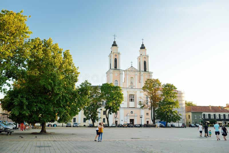 KAUNAS LITHUANIA, SIERPIEŃ, - 3, 2018: Urząd Miasta kwadrat w sercu Starego miasteczka, Kaunas, Lithuania zdjęcia stock