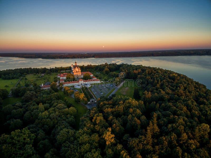 KAUNAS LITHUANIA, WRZESIEŃ, - 15, 2016: Pazaislis monaster w Kaunas, Lithuania Zmierzchu niebo i Kaunas rezerwuar w tle zdjęcia stock