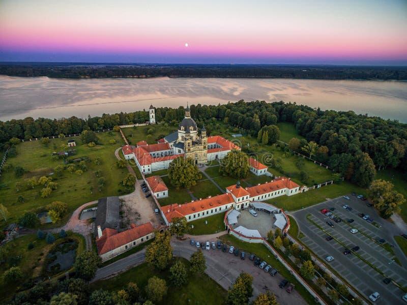 KAUNAS LITHUANIA, WRZESIEŃ, - 15, 2016: Pazaislis monaster w Kaunas, Lithuania Zmierzchu niebo i Kaunas rezerwuar w tle zdjęcia royalty free