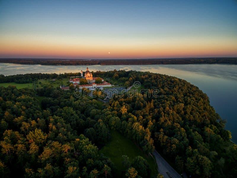 KAUNAS LITHUANIA, WRZESIEŃ, - 15, 2016: Pazaislis monaster w Kaunas, Lithuania Zmierzchu niebo i Kaunas rezerwuar w tle obrazy royalty free
