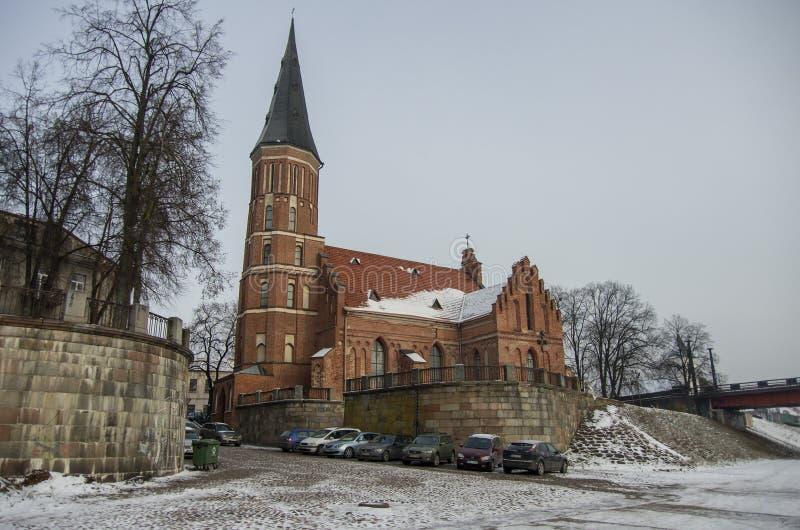 Kaunas, Lituânia - 3 de janeiro de 2016: Igreja do tijolo do Assumpt imagens de stock royalty free