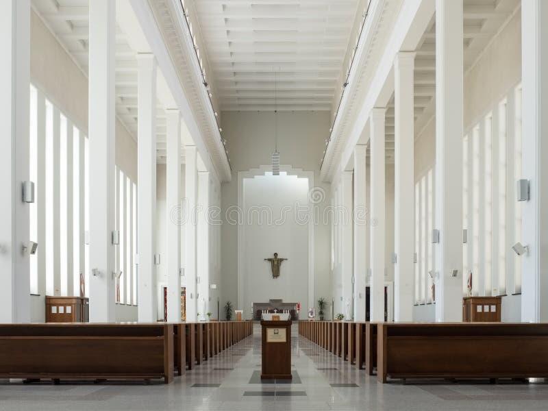 Kaunas, Lituânia - 12 de maio de 2017: Interior de nossa igreja de Lord Jesus Christs Resurrection em Kaunas imagens de stock royalty free