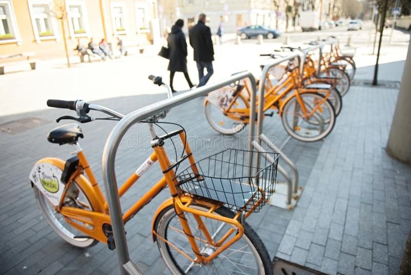 Kaunas, Lituânia, o 15 de abril de 2019: As bicicletas compartilhadas são alinhadas nas ruas de Kaunas foto de stock